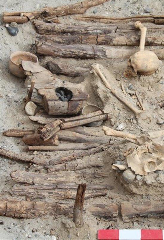 El brasero y el esqueleto encontrados en la tumba M12.