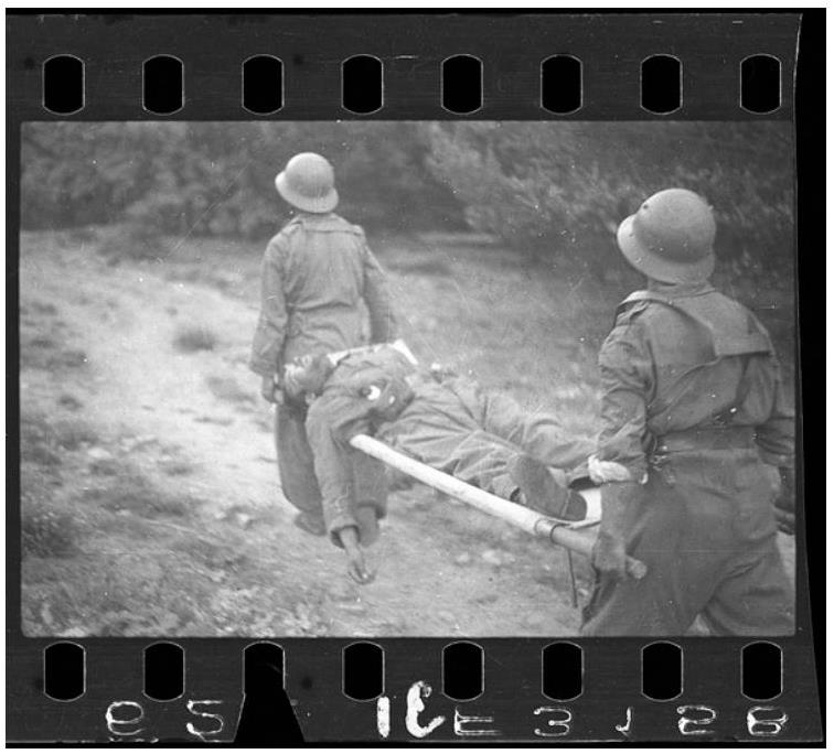 Fotografía de Gerda Taro: dos soldados republicanos con un soldado en una camilla. © Gerda Taro © International Center of Photography/Magnum Photos/Contacto