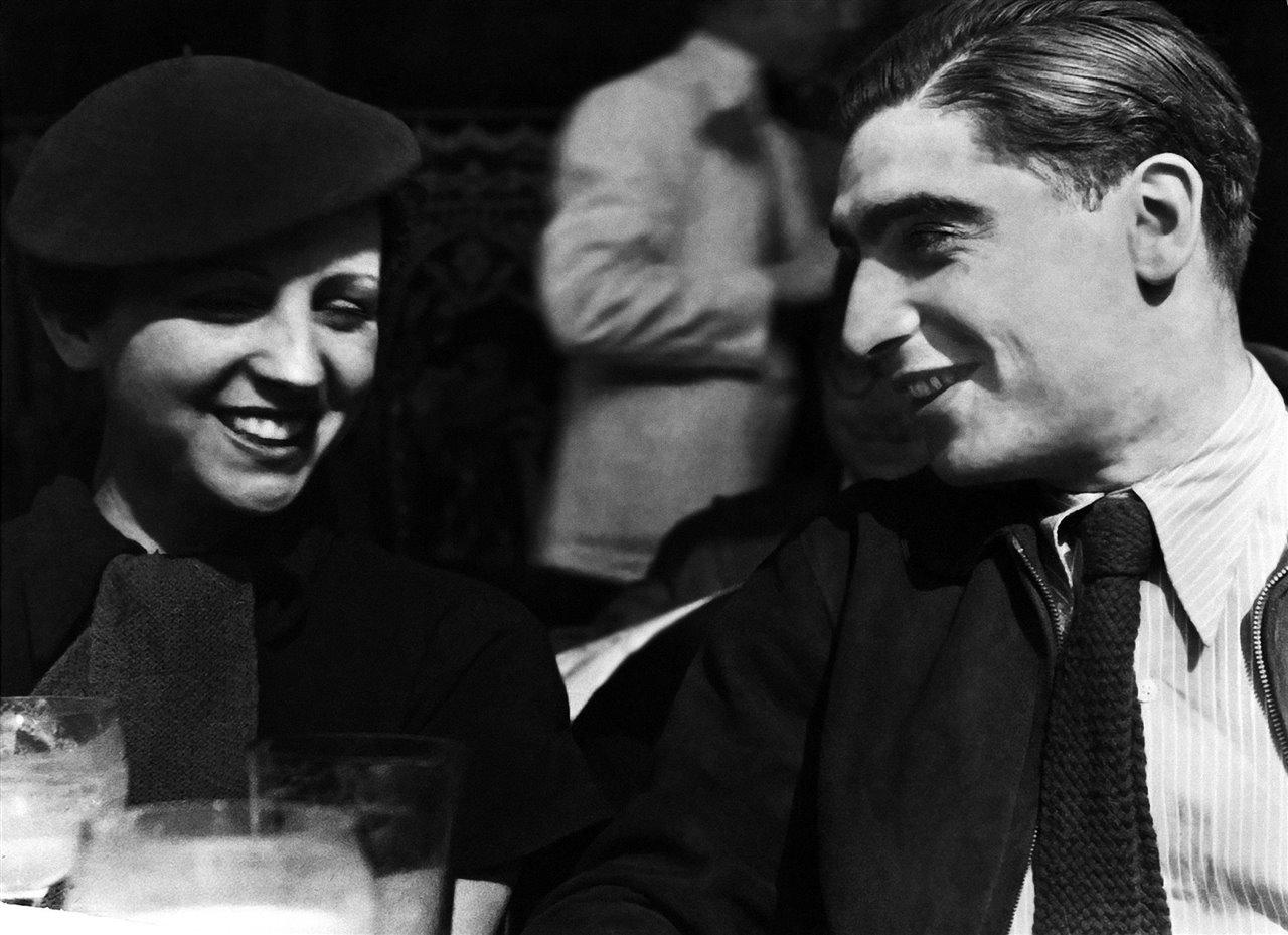 Gerda Taro junto a su pareja Endre Friedmann, con el que inventaría el personaje de Robert Capa.