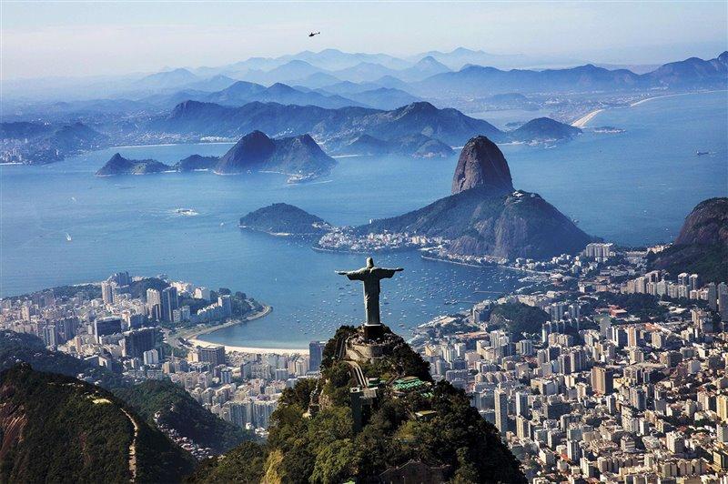El 13 de diciembre de 1519, día de Santa Lucía, casi cuatro meses después de haber zarpado de Sevilla, desembarcaron por primera vez. En torno a la bahía donde fondeó la expedición, bautizada entonces con el nombre de la santa, se extiende hoy la ciudad de Río de Janeiro.
