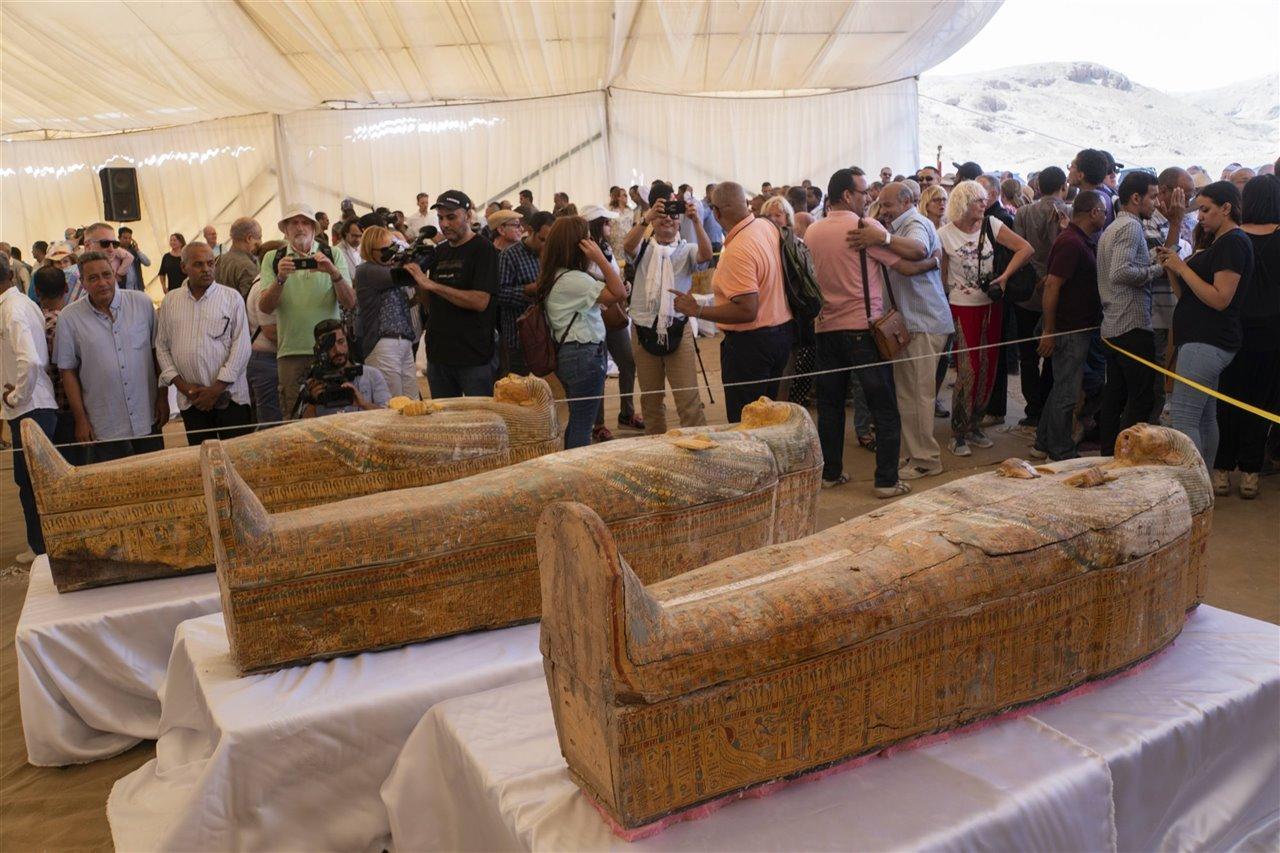 Encuentran un escondrijo con 30 sarcófagos en Egipto