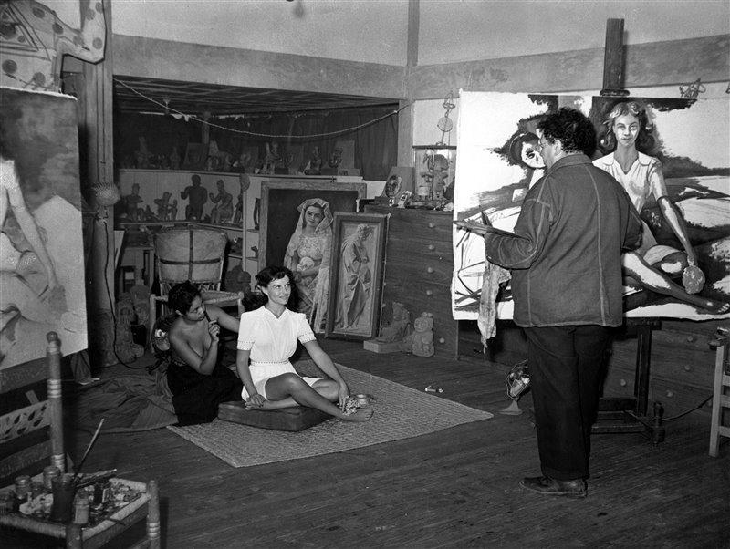 Diego Rivera realizando un retrato de Paulette Goddard.
