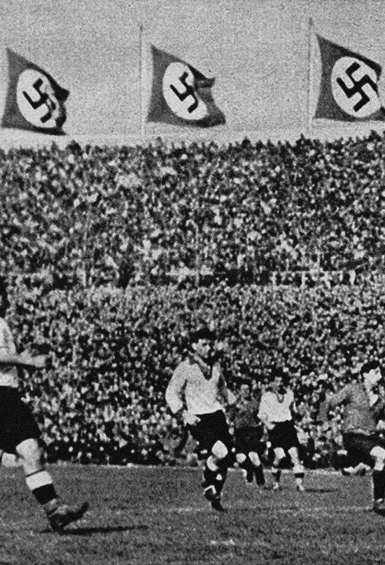 En los estadios alemanes ondeaban las banderas del partido Nazi.