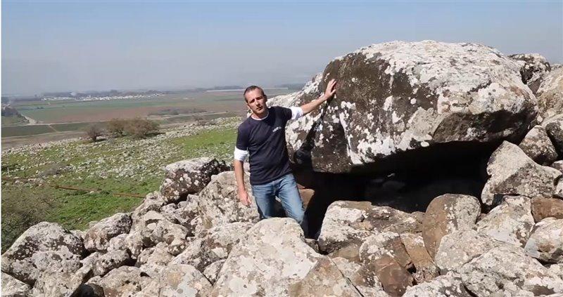 Uri Berger posa ante la entrada del dolmen de Shamir.