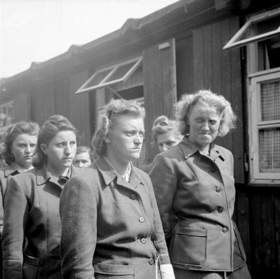 Captura 17 - SS women camp guards Bergen-Belsen April 19 1945