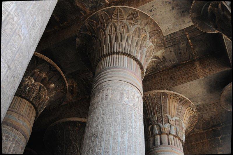 Detalle de algunas columnas del pronaos del templo de Esna.