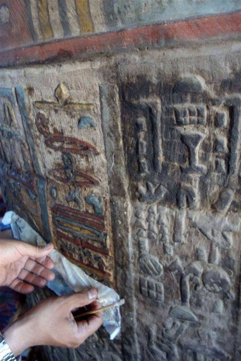 Restauración de una de las columnas de texto jeroglífico.