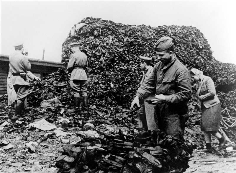 Así inspeccionaban los soldados rusos en marzo de 1945 las enormes pilas de objetos personales que encontraron en Auschwitz tras su liberación. Muchos de los soldados explicaban que ésta era una de las imágenes que más les había impactado.