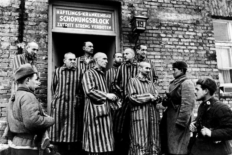 La imagen sobre estas líneas muestra la puerta de acceso a uno de los hospitales improvisados por el Ejército Rojo tras descubrir la inesperada necesidad de ayuda de los presos que encontraron con vida en enero de 1945.