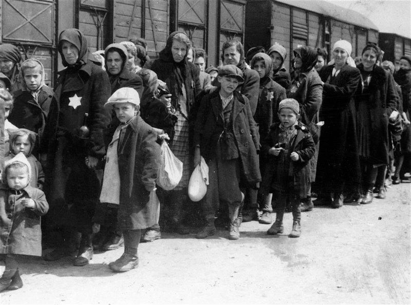 Desde su apertura en 1940 hasta su liberación en 1945, se calcula que fueron enviadas a Auschwitz 1,3 millones de personas. Llegaban tras un terrible viaje en tren que podía durar días y que en la mayoría de ocasiones hacían sin agua, comida y soportando gélidas temperaturas.