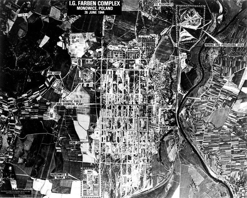 Tomada a finales de junio de 1944 por la unidades de reconocimiento de los Aliados, esta imagen aérea muestra la magnitud de los campos de trabajo, concentración y exterminio del complejo de Auschwitz-Birkenau. A la derecha (el norte) se puede ver el curso del río Vístula.
