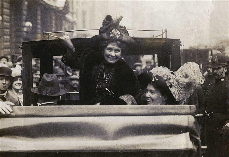 Junto con Emmeline Pankhurst (de pie, izquierda), Emmeline Pethick-Lawrence fue una de las sufragistas británica más destacadas. En la imagen se la puede ver de camino a un acto sentada en el coche.
