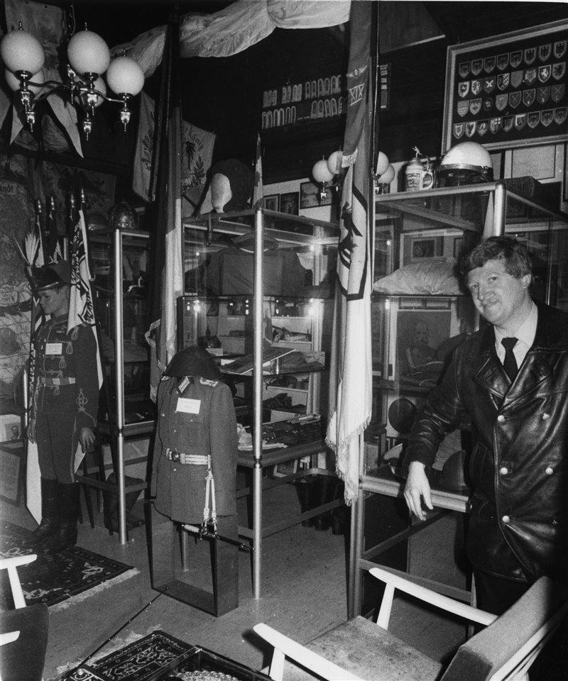 En la imagen sobre estas líneas se puede ver a un agente de la policía fotografiado en la tienda que Konrad Kujau había alquilado y llenado de todas la reliquias de la Segunda Guerra Mundial que había ido adquiriendo para revenderlas.