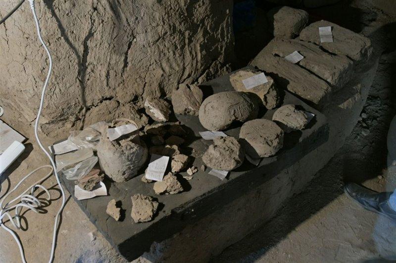 Objetos arqueológicos exhumados durante las excavaciones.