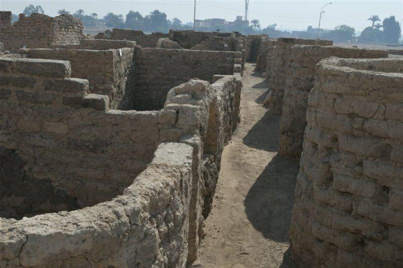 Restos de muros de ladrillos en la ciudad recientemente descubierta.