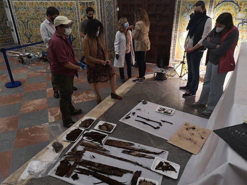 Los restos de la niña descubiertos en la Capilla Real tras su exhumación.