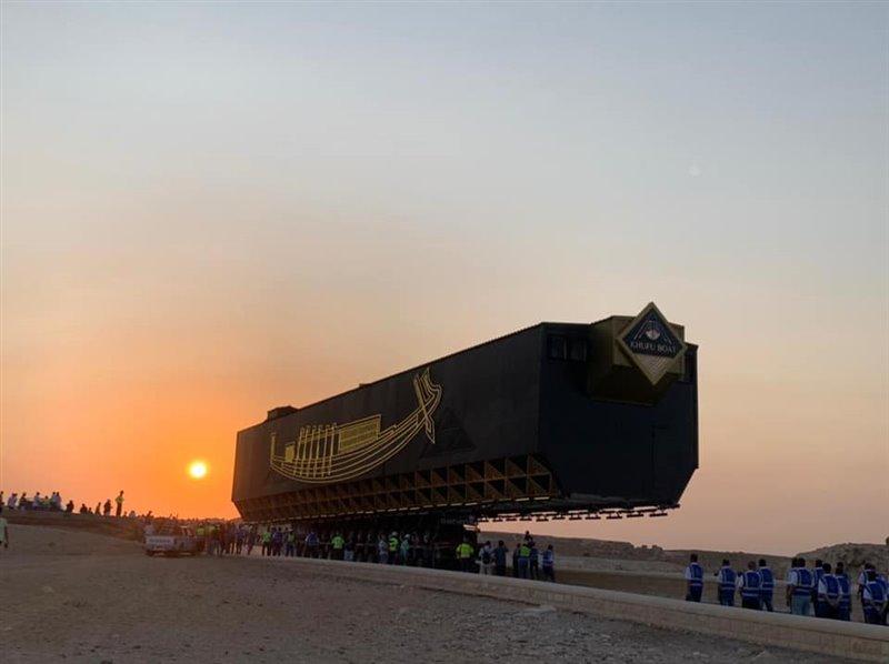 """La """"jaula"""" que contenía la barca de Keops durante su traslado al Gran Museo Egipcio."""