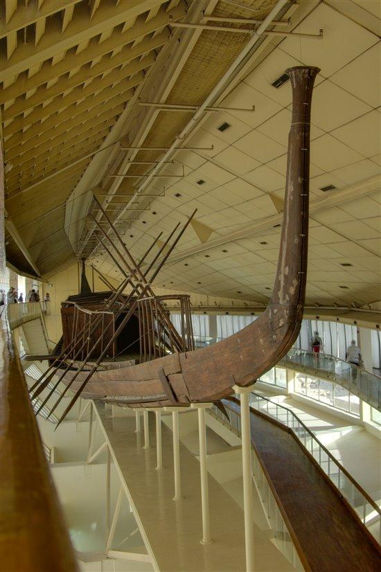 La primera barca de Keops tal como se exponía hasta la fecha en el Museo de la Barca Solar, en Giza.
